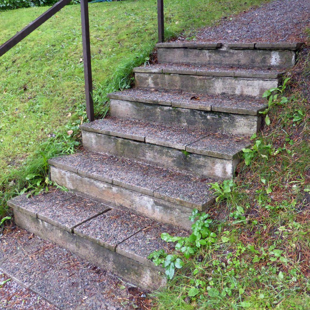 Betoni + laatta portaat jossa laatat irtoamassa.