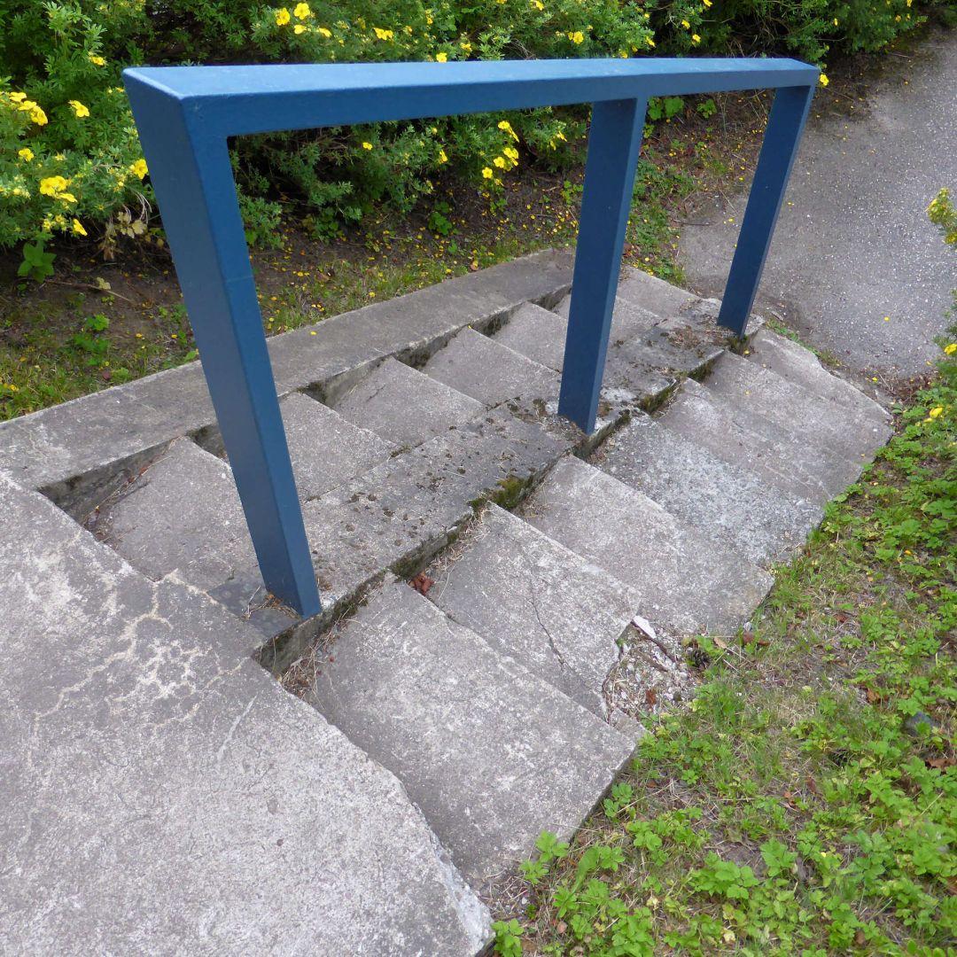 Mureneva betoniporras ja uusittu erikoinen kaide.