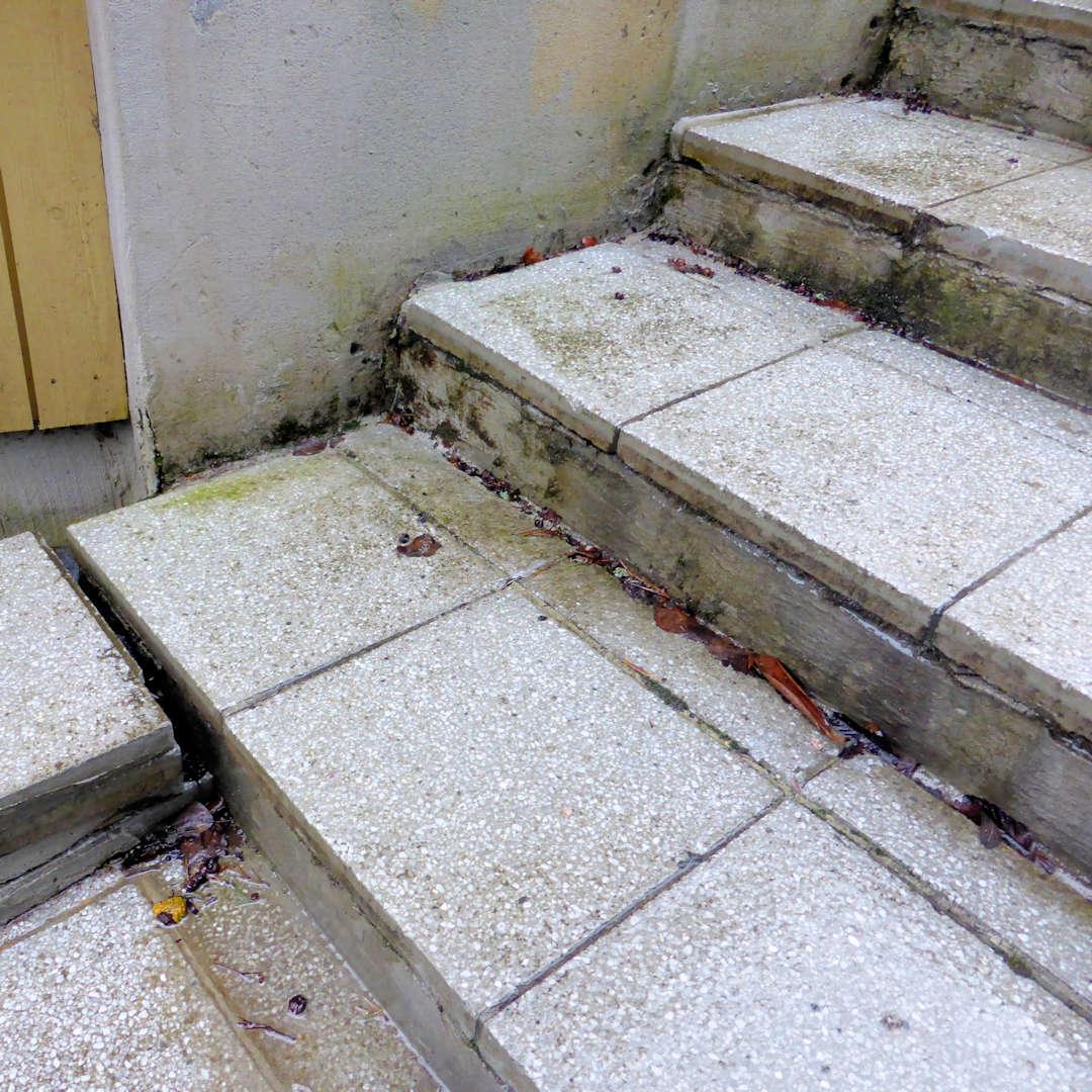 Laatat irtoavat betonirunkoisista portaista.